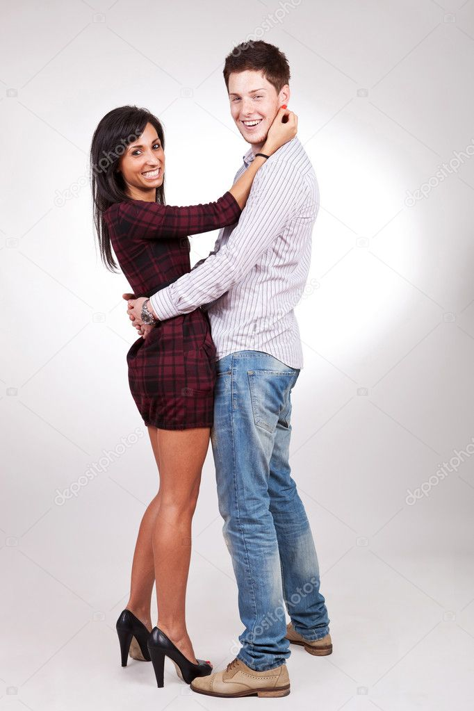 Uomo e donna in piedi abbracciati foto stock feedough for Piani di studio 300 piedi quadrati