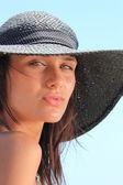 Hermosa chica relax junto al mar en grecia — Foto de Stock