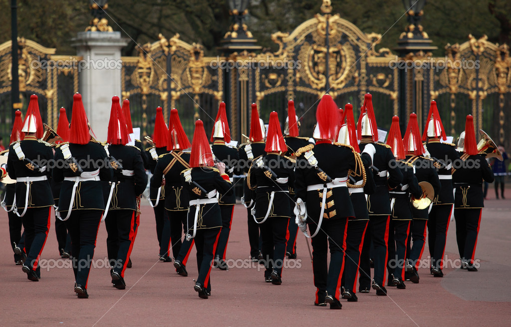 Queens guards marching and playing music — Stock Photo #6295915