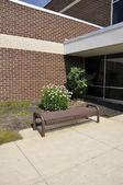 Prázdné lavice školní budovy — Stock fotografie