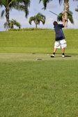 Preteen boy golfing — Stock Photo