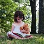 jeune fille lisant — Photo