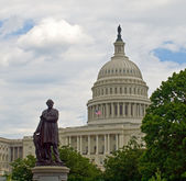 United States Capitol Building in Washington DC with American Flag and Stat — Stock Photo
