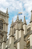 Westminster abbey closeup with flag flying — Стоковое фото