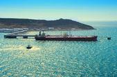 加载中海港口油的油轮 — 图库照片