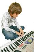 Schattige jongen speelde piano, geïsoleerd — Stockfoto