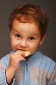 Rapaz com um biscoito — Foto Stock