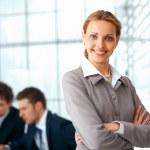mujer de negocios con los brazos cruzados — Foto de Stock