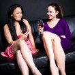 hermosas mujeres bebiendo en una fiesta — Foto de Stock   #5455001
