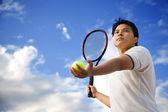 Maschio asiatico giocando a tennis — Foto Stock