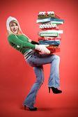 кавказская девушка с подарками — Стоковое фото