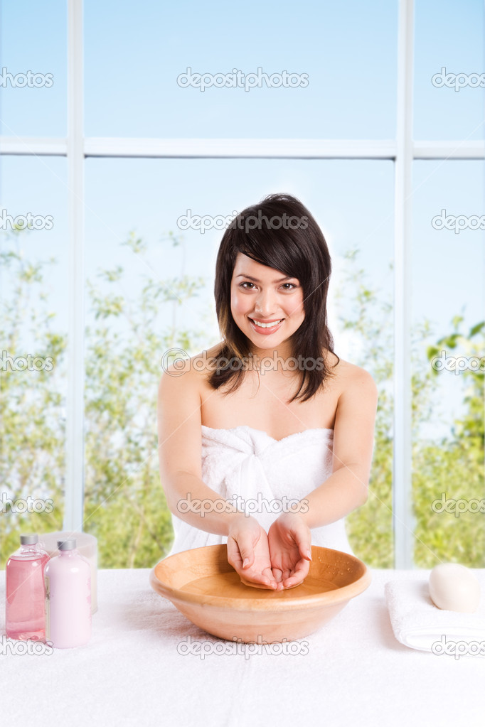 A beautiful asian girl getting ready to wash her face at a spa — Stock Photo #5454464