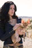 Hispanic woman and dog — Stockfoto