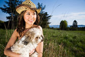 Ragazza di estate con il suo cane — Foto Stock