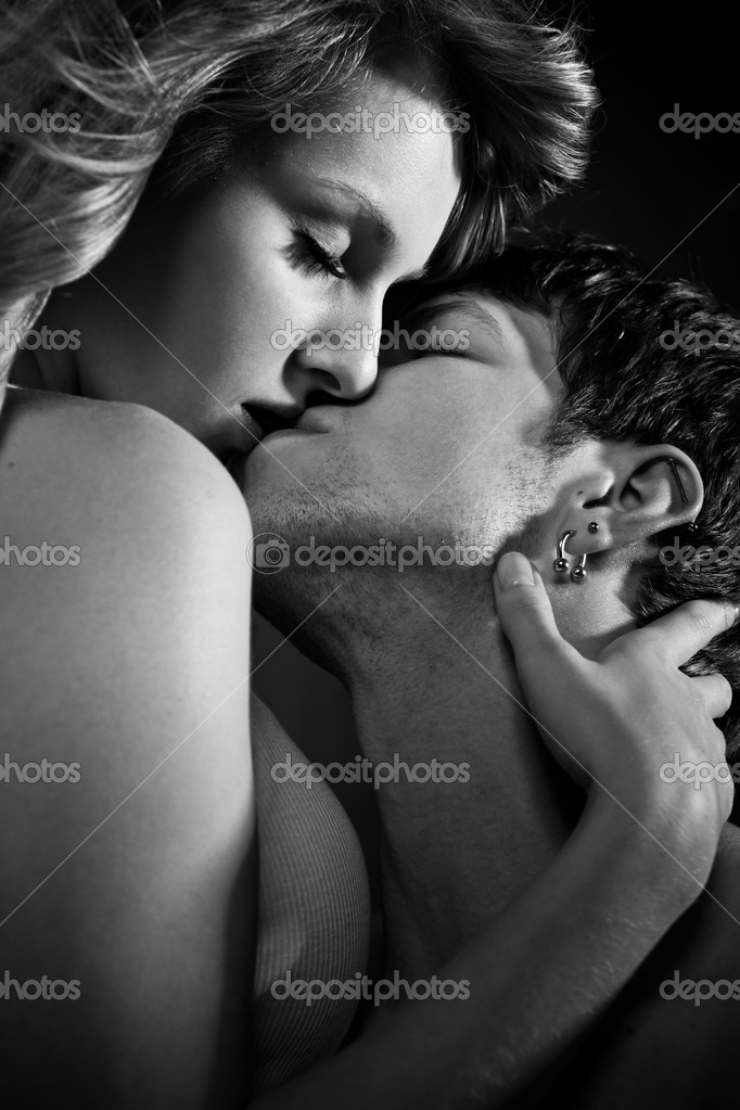A shot of a man and a woman in love kissing — Stock Photo #5568147
