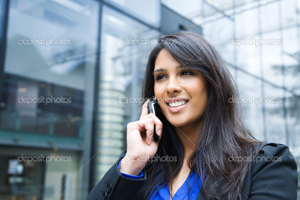 A shot of an indian businesswoman talking on the phone  outdoor — Stock Photo #5568364