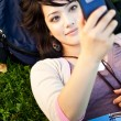 razza mista studente texting — Foto Stock