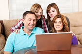 Família em casa, navegação na internet — Foto Stock