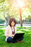 Estudante universitário de raça mista com laptop — Foto Stock