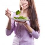 mulher comendo salada — Foto Stock