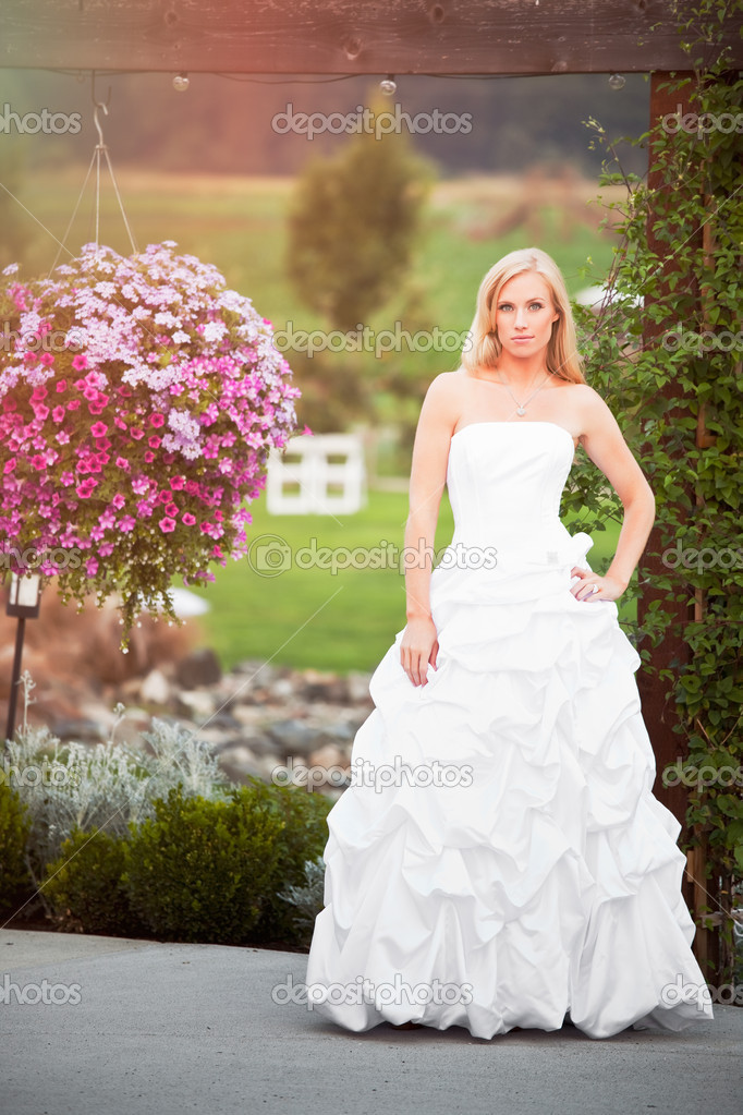 A shot of a beautiful caucasian bride outdoor — Stock Photo #5821985