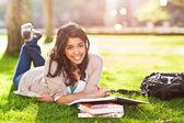 Aziatische student op de campus — Stockfoto