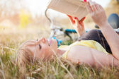 Beautiful Caucasian woman reading outdoor — Stock Photo