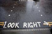 Guarda giusto preavviso in un attraversamento pedonale in una strada di londra — Foto Stock