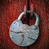 Rusty hinged lock, closed — Stock Photo