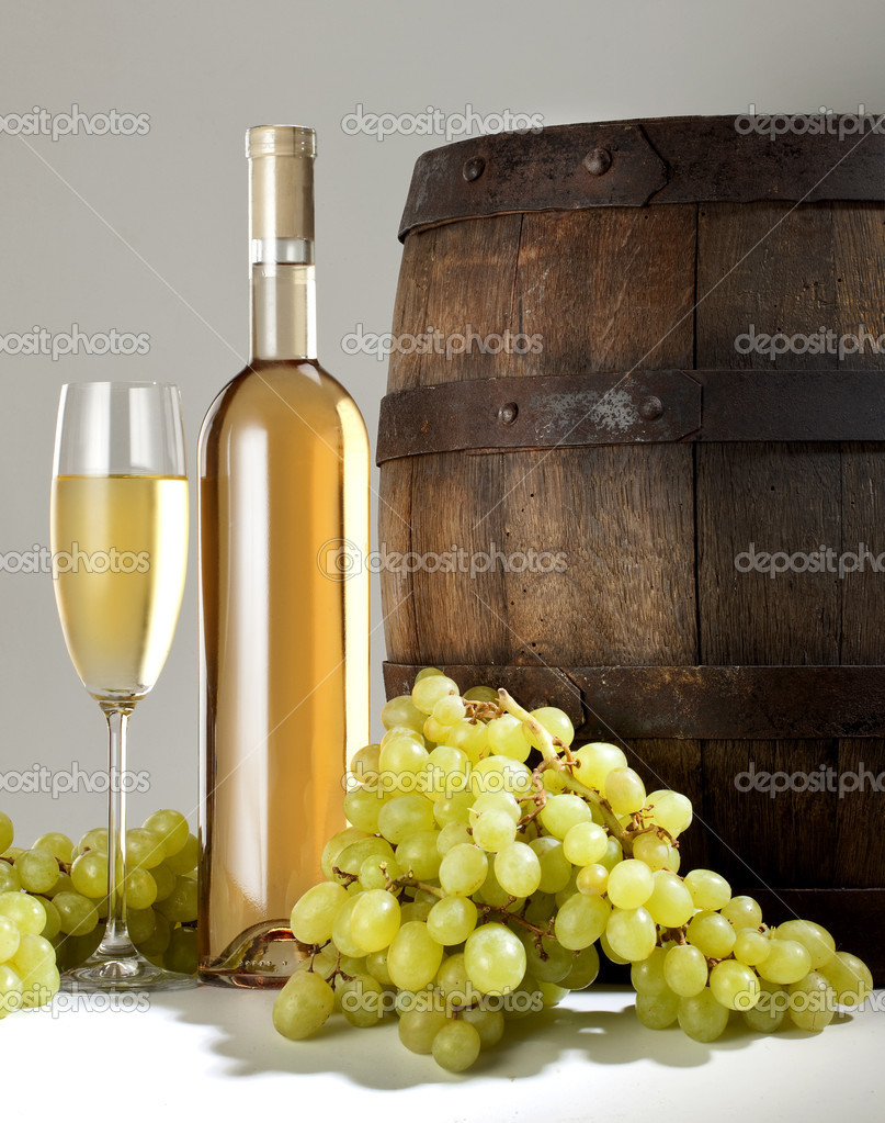 White wine with barrel on white background — Stock Photo #6481279