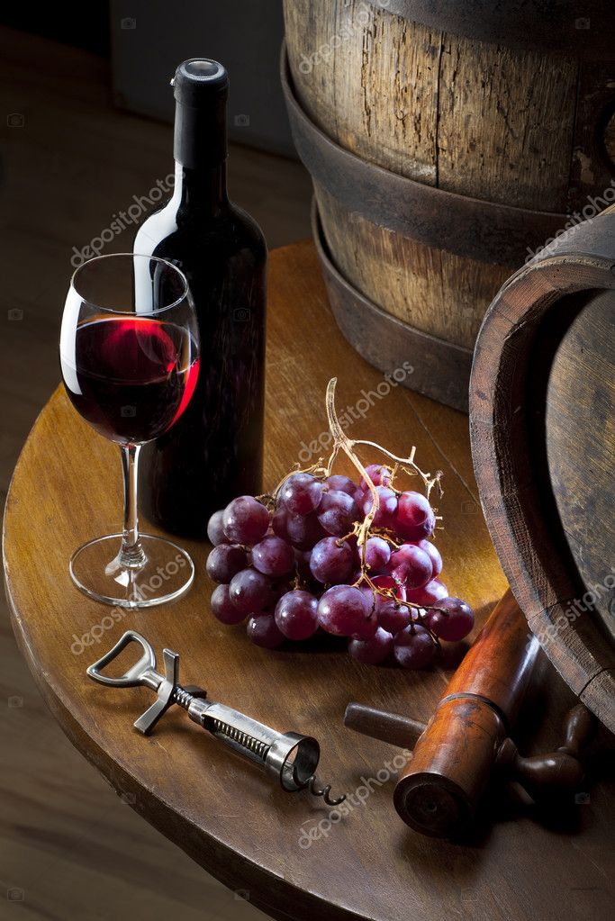 Still life wiht red wine and old barrel on table — Zdjęcie stockowe #6598082