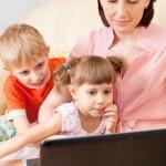 madre con hijos en un ordenador portátil — Foto de Stock