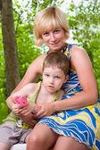 Jonge moeder met haar zoon — Stockfoto