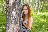 Dívka v věnec z květin — Stock fotografie