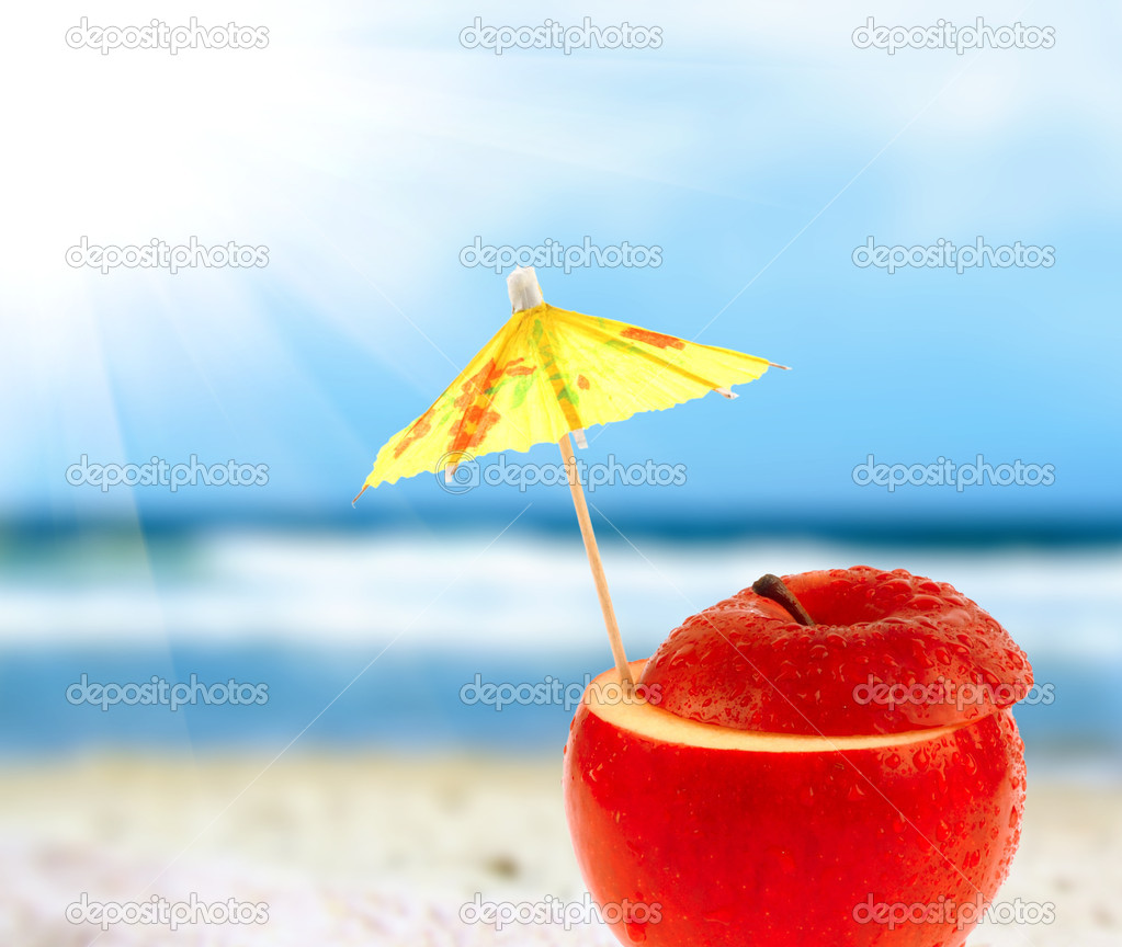 Apple cocktail on a beach — Stock Photo #5831449