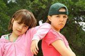 Dos hermanas colgante de salida juntos — Foto de Stock