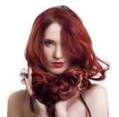 πορτρέτο του μια όμορφη νεαρή γυναίκα με φωτεινό μακιγιάζ — Φωτογραφία Αρχείου