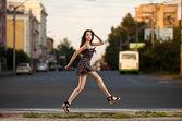 Młoda kobieta beztroski, skoki na ulicy w mieście — Zdjęcie stockowe