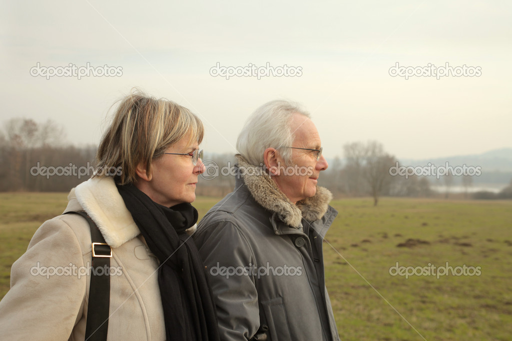 Senior couple in a park — Stock Photo #5951152