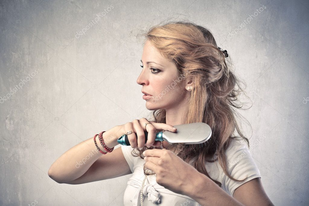 Beautiful woman brushing her hair — Stok fotoğraf #6309806