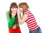 Twee schoolmeisjes fluisteren — Stockfoto