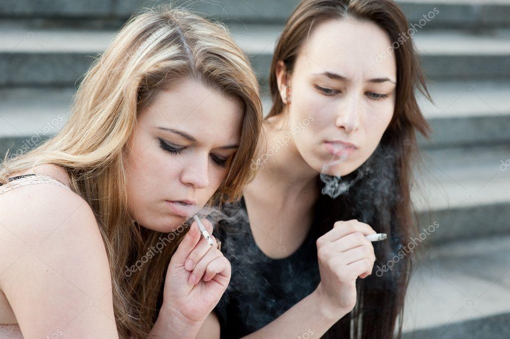 zwei traurige junge m dchen rauchen stockfoto toxawww 5747846. Black Bedroom Furniture Sets. Home Design Ideas