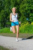 Vrouw in een park buiten uitgevoerd — Stockfoto