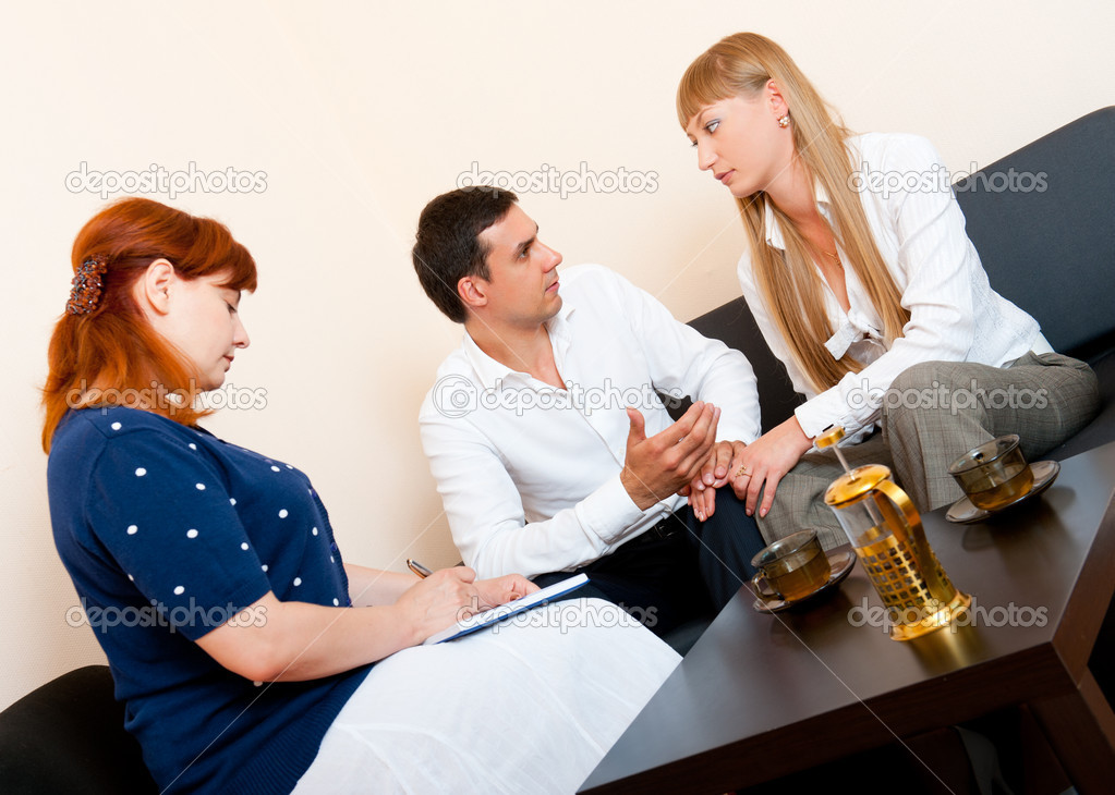 Young married couple consults at the psychologist — Foto Stock #6236628