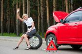 Carro quebrado e loiro — Fotografia Stock