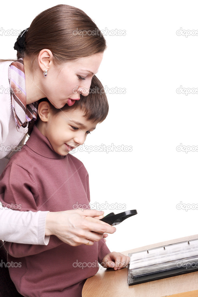 Pretty young mother teaching her child to use the magnifying glass — Stock Photo #5731290