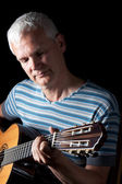 Pohledný muž hraje klasická kytara — Stock fotografie