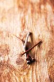 生锈的钉子在一块木板上的特写 — 图库照片