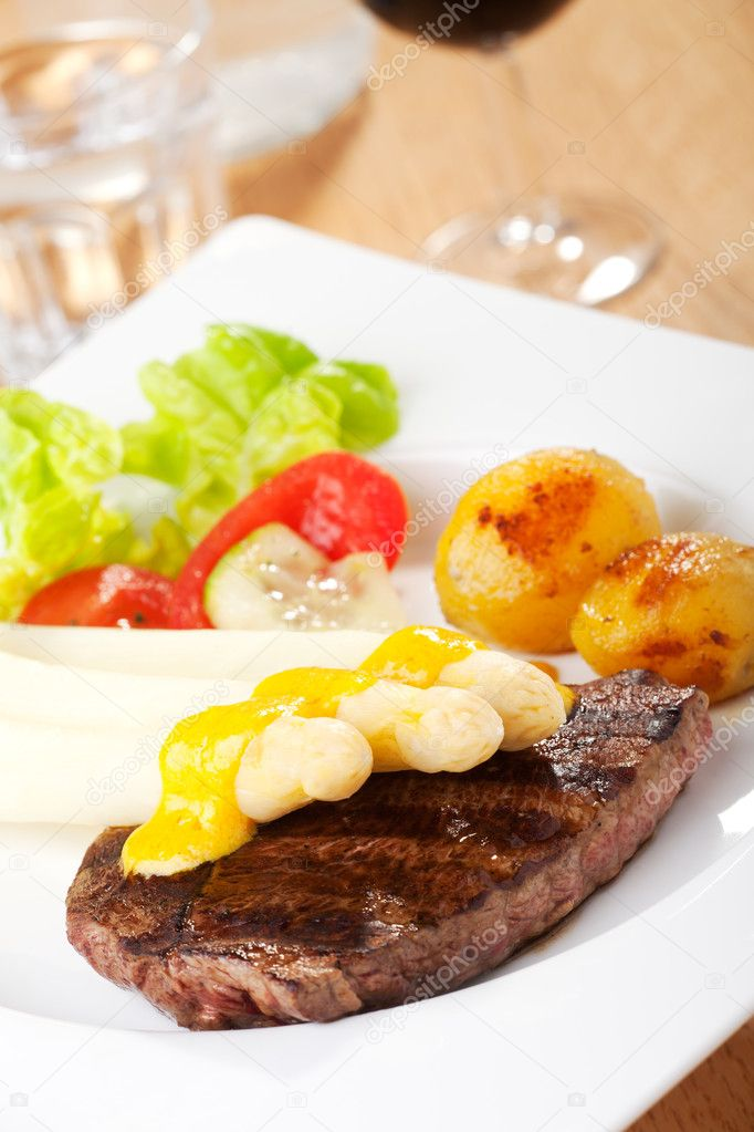 White asparagus on an steak — Stock Photo #6145474