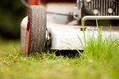 Detalj av en gräsklippare utomhus — Stockfoto